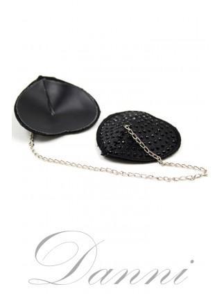 Черные наклейки на грудь с цепочкой