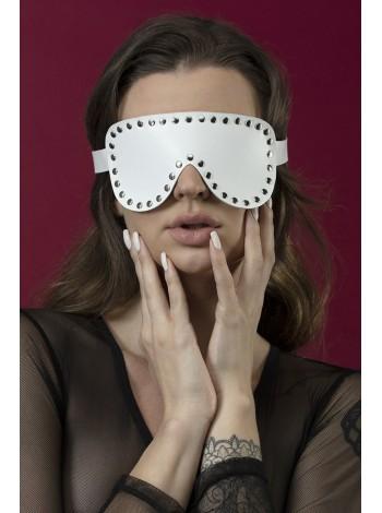 Белая маска на глаза с заклепками из кожи Feral Feelings - Blindfold Mask